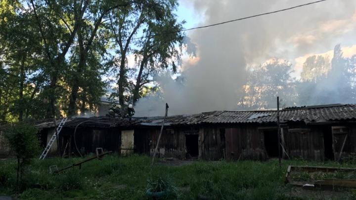 Крупный пожар: в Самаре горели сараи