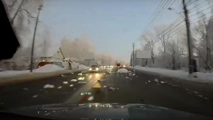 В Архангельске мусоровоз на полном ходу разбросал отходы по дороге