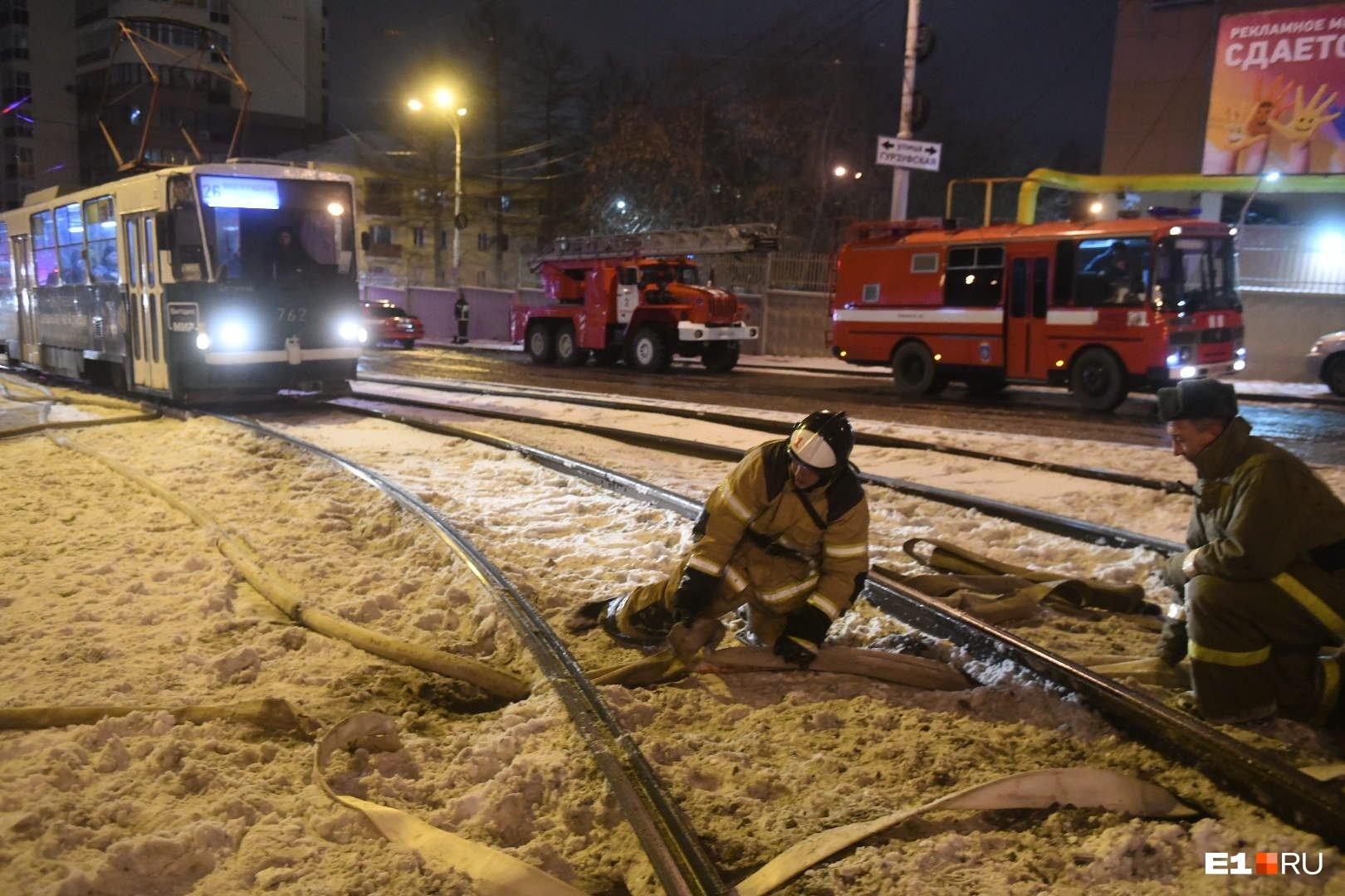 Пожарным пришлось протягивать рукав под трамвайными рельсами