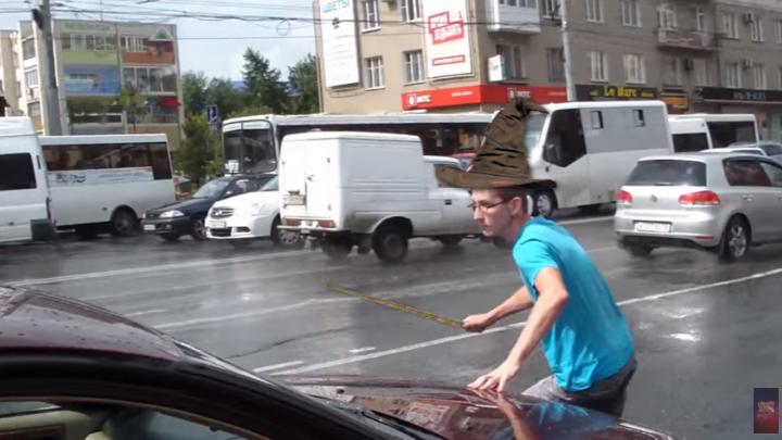У «Голубого огонька» водитель иномарки погнался за активистом «СтопХама»