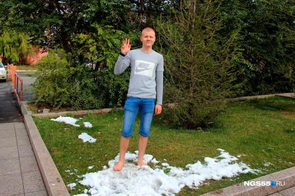 Никита Максимов может 40 минут гулять по снегу босиком