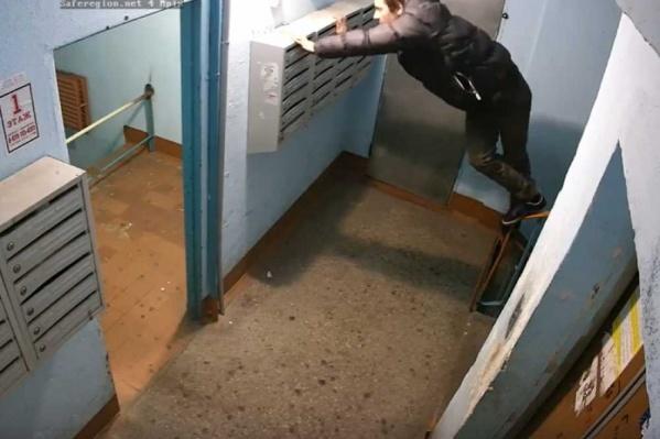 Вижу цель, не вижу препятствий: парень дотянулся до вожделенной лампы под потолком