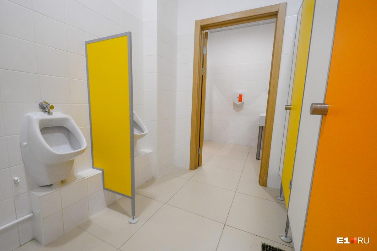 На каждом этаже есть туалеты для детей и для педагогов