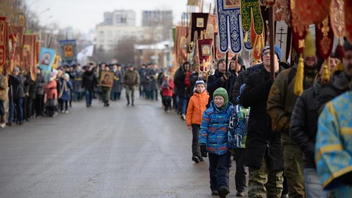 В Екатеринбурге по маршруту крестного хода пронесли мощи великих христианских святых