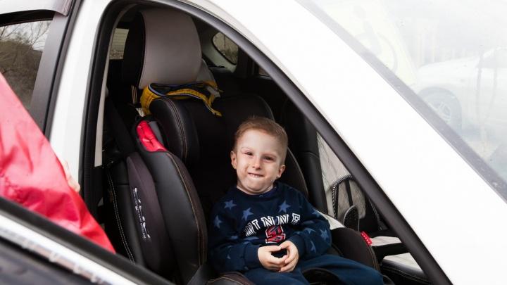 Мальчику с «каменной» болезнью собрали нужную сумму для поездки на конференцию
