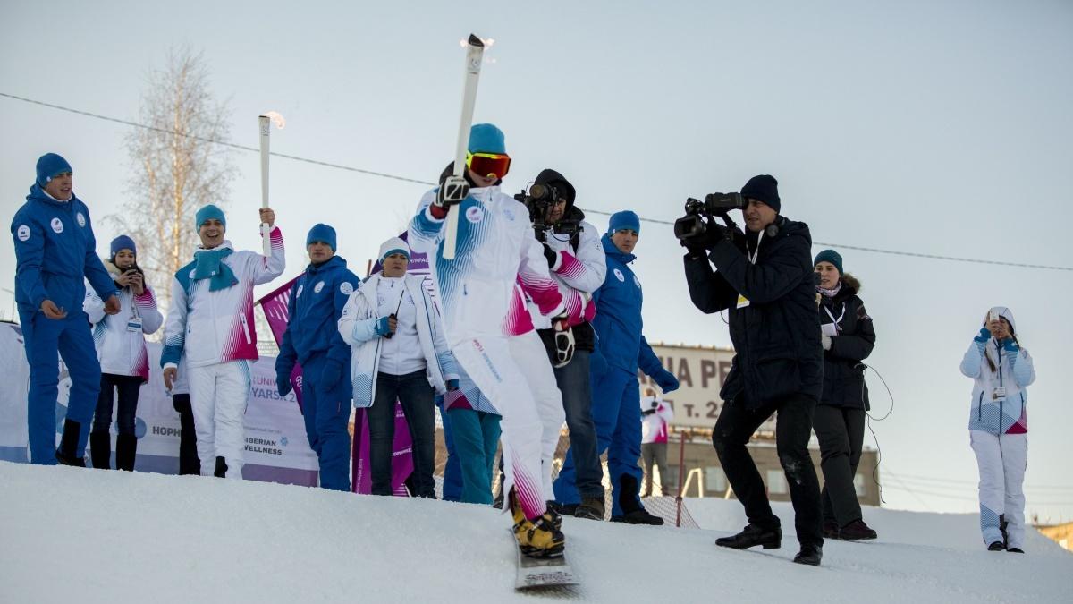 В декабре во время эстафеты огня Универсиады бронзовый призёр Олимпиады в Сочи Алёна Заварзина спустила факел по склону на Горской