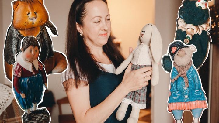 «В поездку беру чемодан с нитями»: тюменская мастерица рассказала о создании печальных кукол