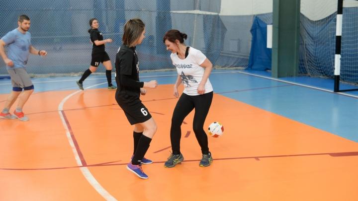 Это не война, это красиво: екатеринбурженки объединились в команду, чтобы научиться играть в футбол