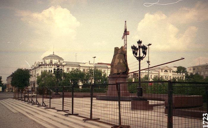 Памятник в камуфляже перед открытием. 1 августа 1998 года