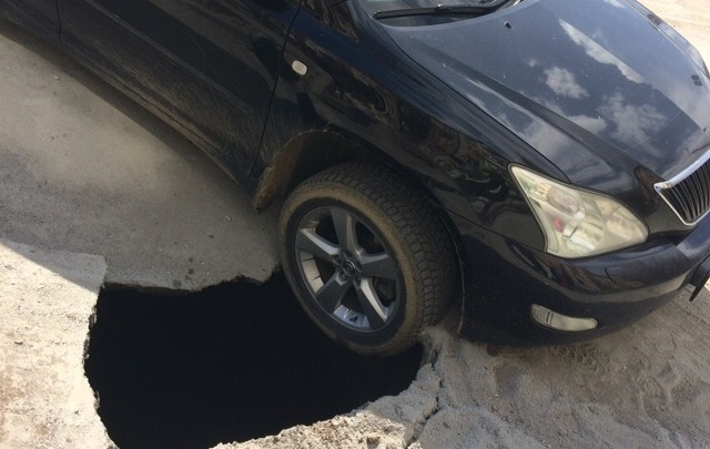 На отремонтированной дороге в Челябинске под Lexus провалился асфальт