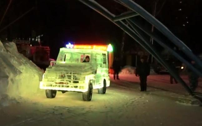 Новосибирец проехал на машине изо льда по Центральному парку