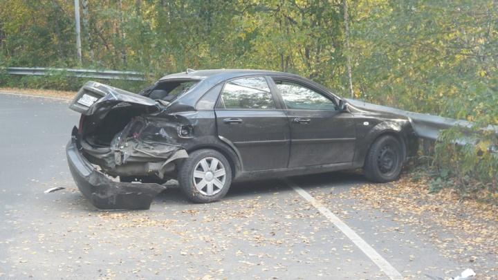 На Егоршинском подходе байкер на огромной скорости врезался в Chevrolet: авария попала на видео