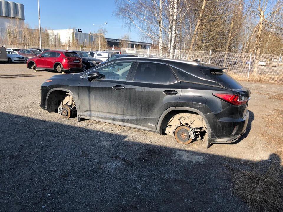 Если приглядеться, то в левом углу на фото стоит другой автомобиль без колес. Это машина жителя Сургута Константина, который тоже оказался жертвой воров