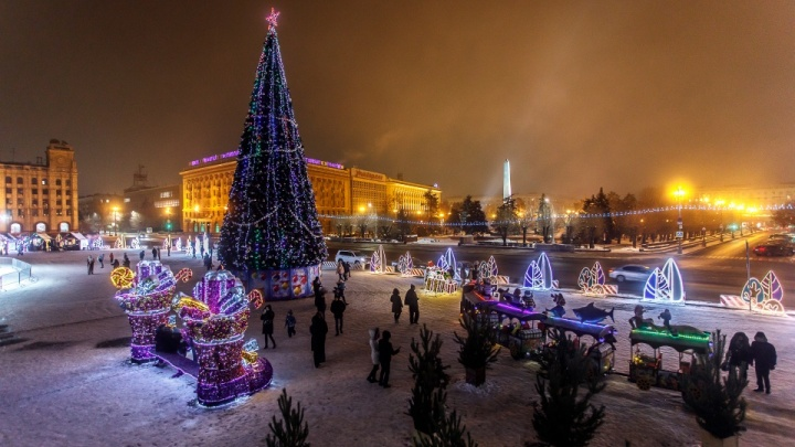 Будем мерить?: главная елка Волгограда за год «стопталась» на два метра