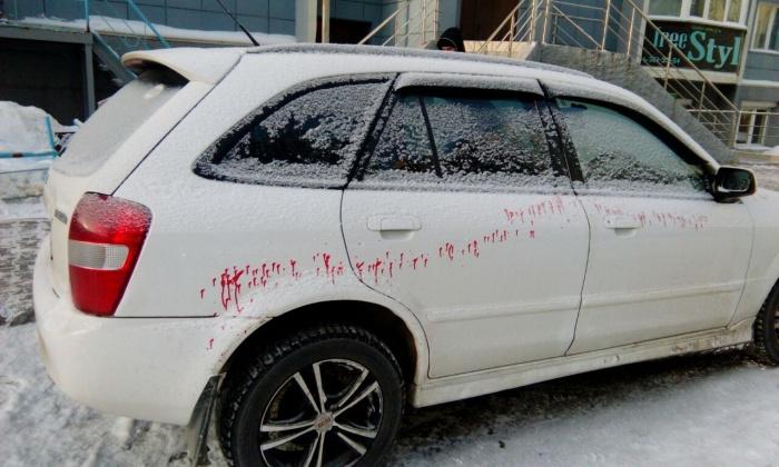 Следы красной краски на машинах во дворах Горского микрорайона