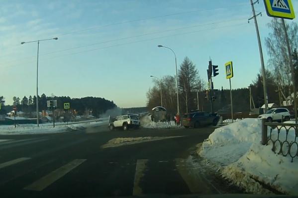 После столкновения одну из машин отбросило на светофор