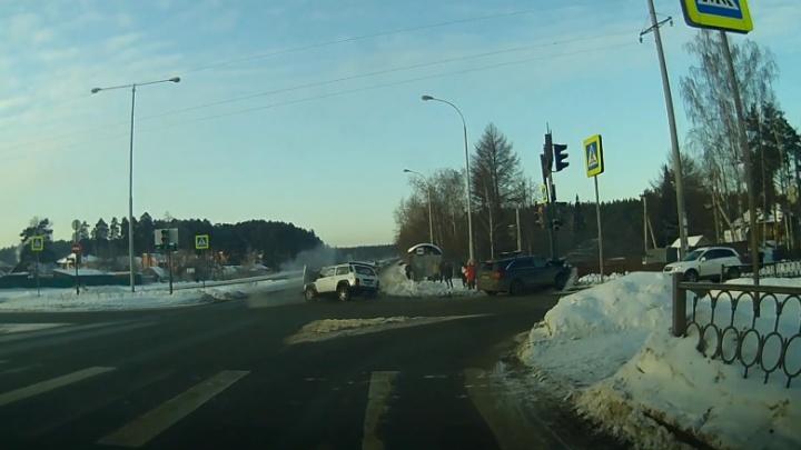 Пешеходов чудом не задело: ДТП на Объездной, где пострадали четыре человека, попало на видео