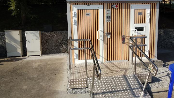 Современный туалет у Вантового моста стал платным из-за наплыва людей на набережной