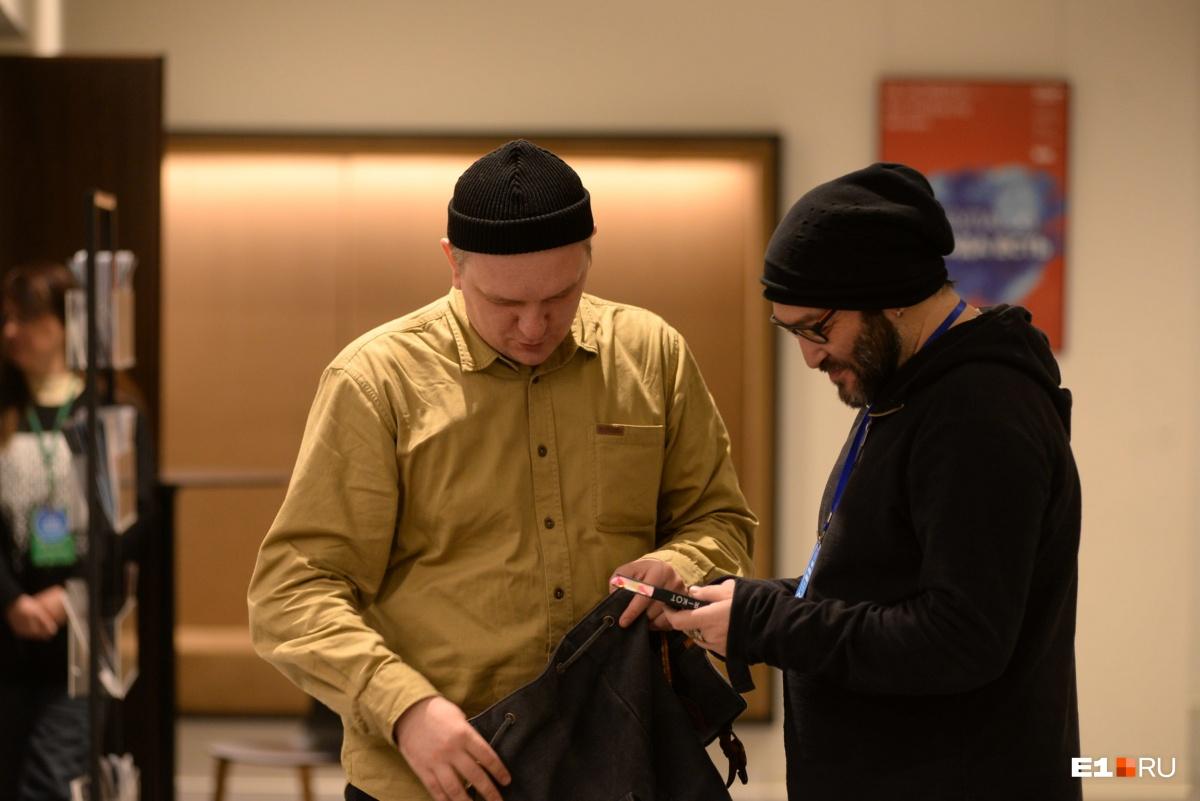 Поэт Наум Блик подарил свою книгу Мише Козыреву, который будет выступать на фестивале завтра