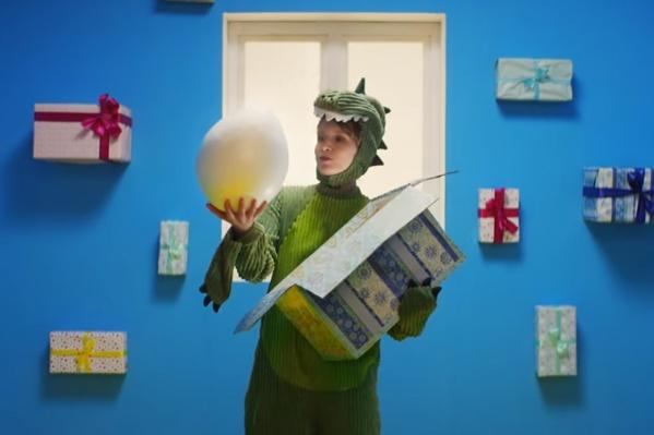 Уральская певица надела костюм динозавра