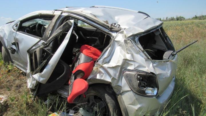 Трехлетний малыш погиб на месте: на трассе под Волгоградом иномарка вылетела в кювет и перевернулась