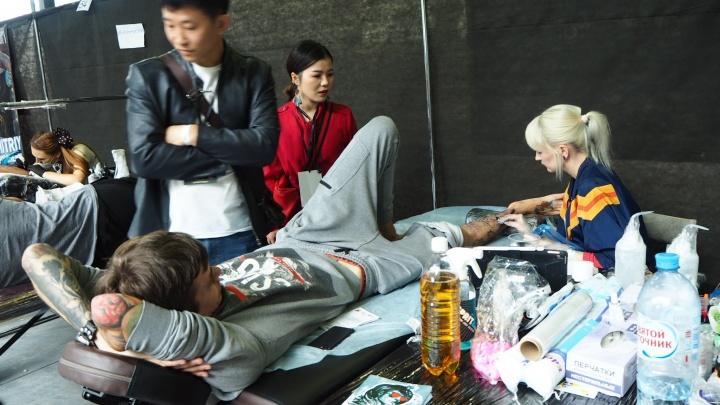Наших бьют: под Новосибирском собрались 10 китайских тату-мастеров