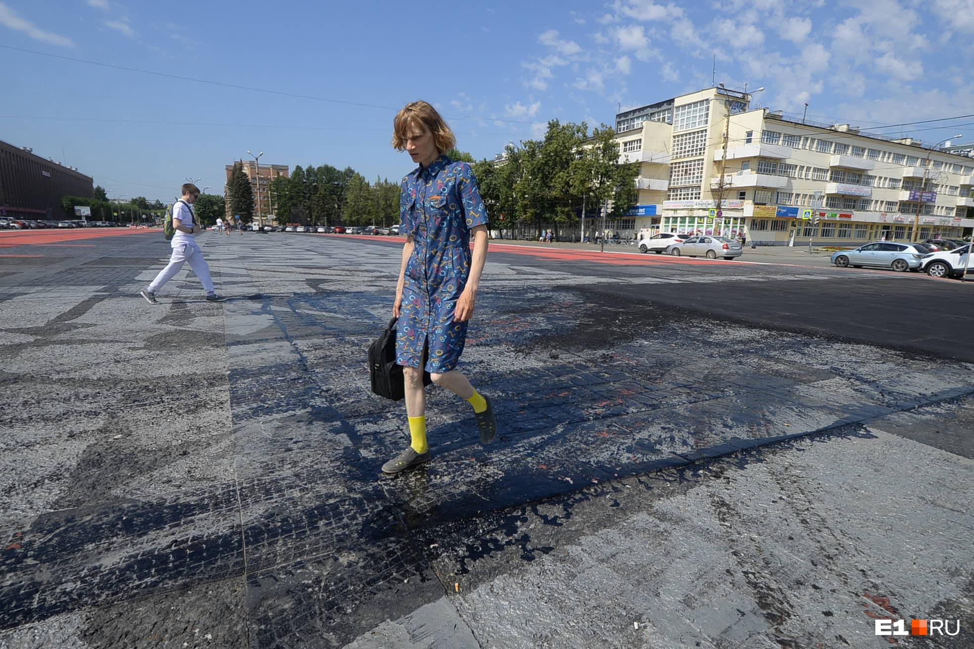 Битумом собирались отремонтировать пешеходную дорожку