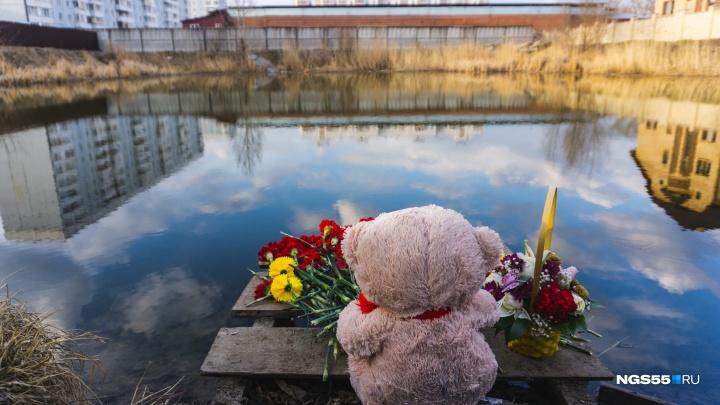 На котловане, где утонули подростки, появился мемориал из цветов и игрушек