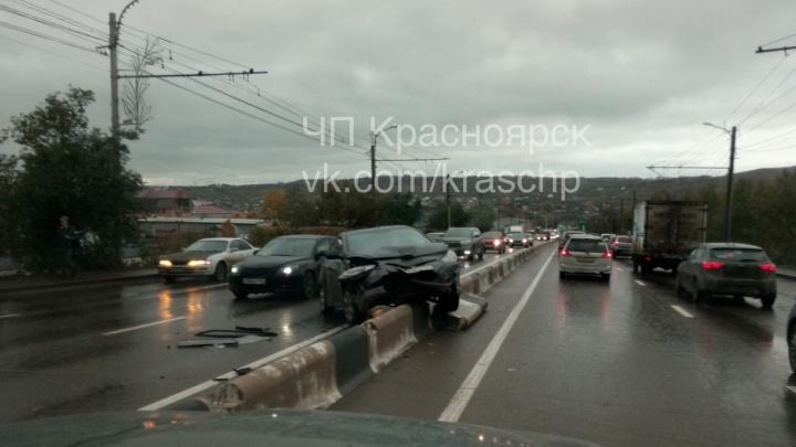 «Солярис» повис на отбойнике посреди моста по Калинина