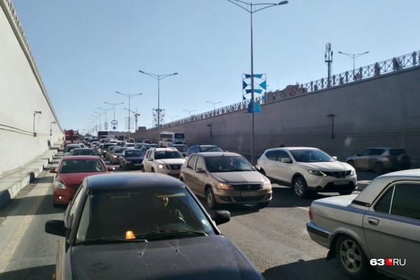Движение в тоннеле под кольцом Московского шоссе и проспекта Кирова также замерло