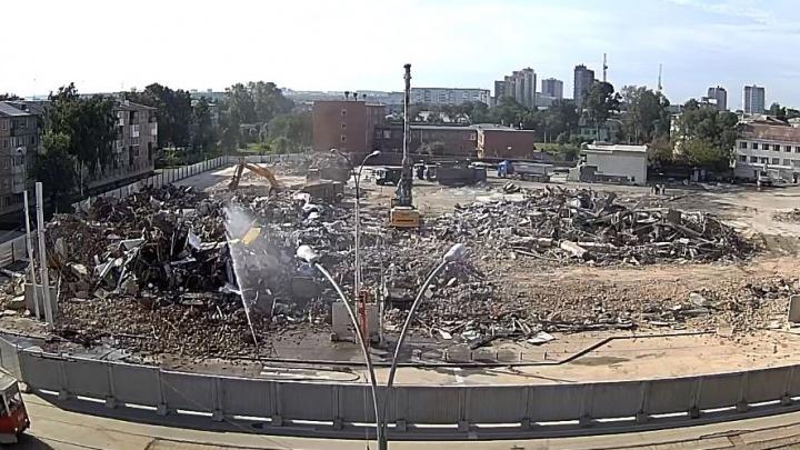 Екатеринбургская компания сровняла с землёй сгоревший торговый центр «Зимняя вишня» в Кемерово