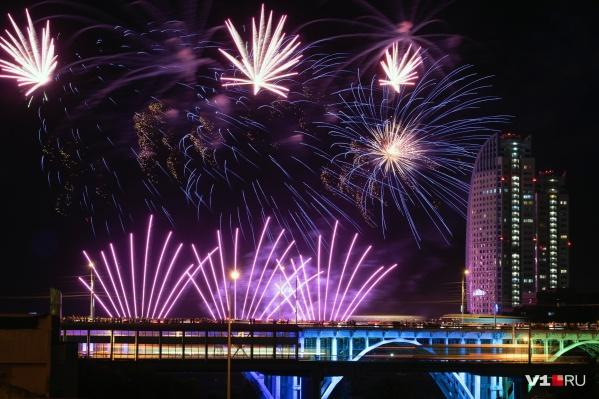 Накануне вечером небо над Волгоградом раскрасили тысячи залпов праздничного фейерверка