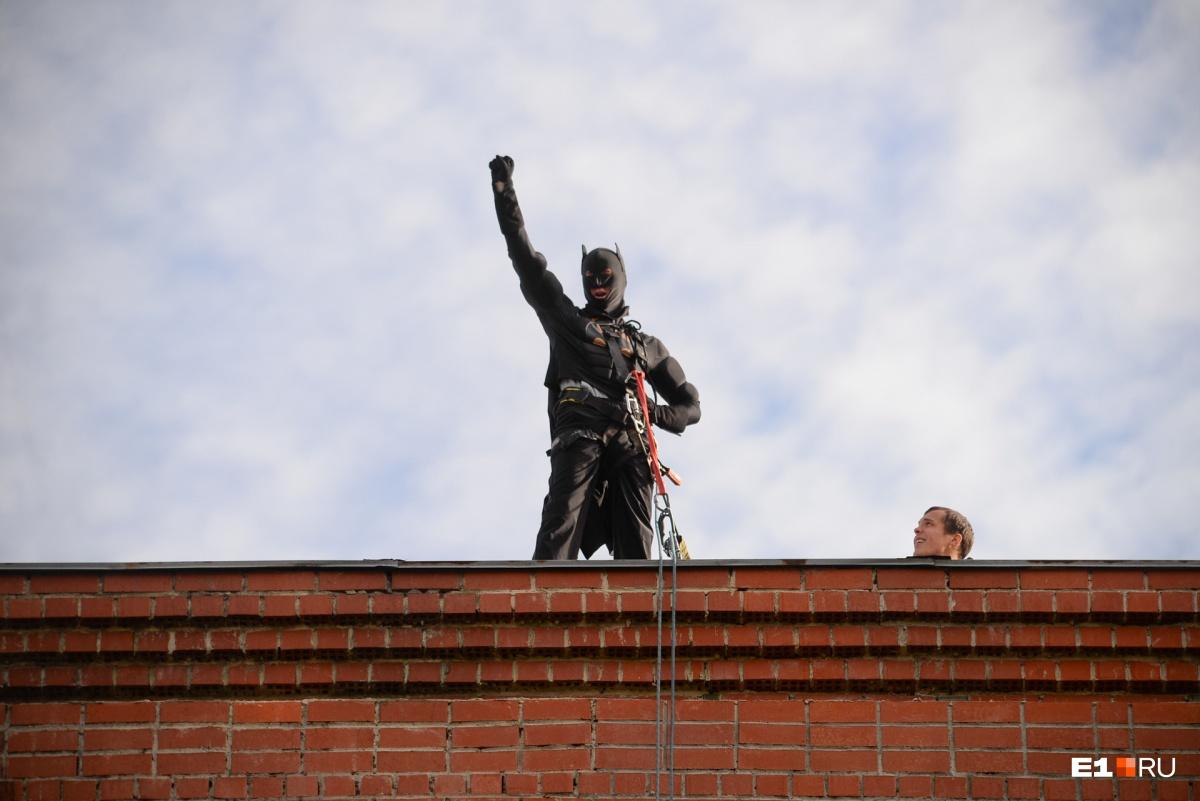 Промышленные альпинисты спустились с крыши здания