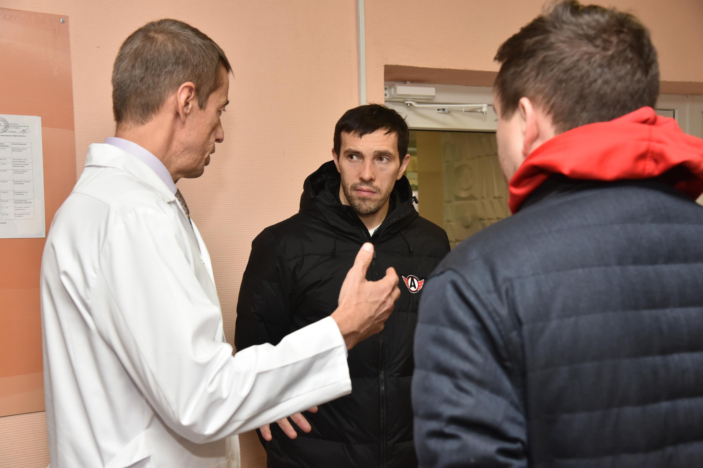 Передавать подгузники, собранные на акции, поехали Павел Дацюк и Рафаэль Батыршин