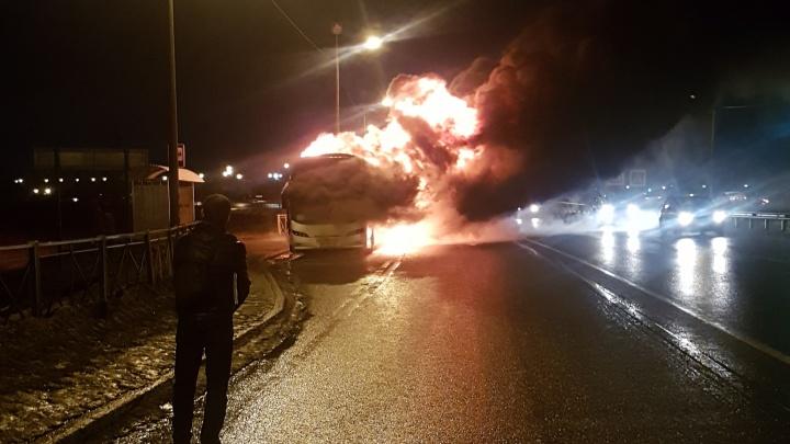 На трассе под Архангельском загорелся заказной автобус