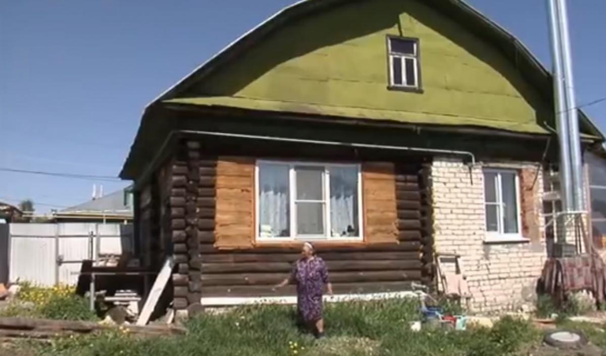 В этом доме сейчас живут пенсионерка и её внук с семьей. Внучка с мужем и дочкой