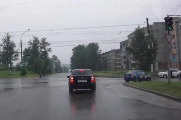 Kalina едет медленно, машина позади тоже не спешит: как можно было столкнуться?