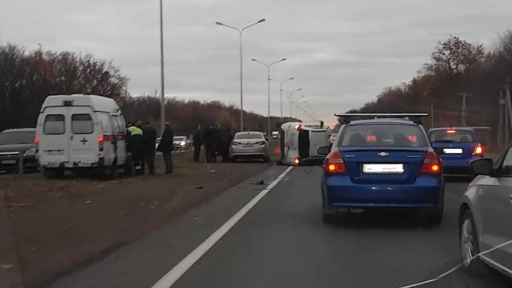 XRAY перевернулся: на трассе М-5 под Самарой произошла авария с пятью машинами