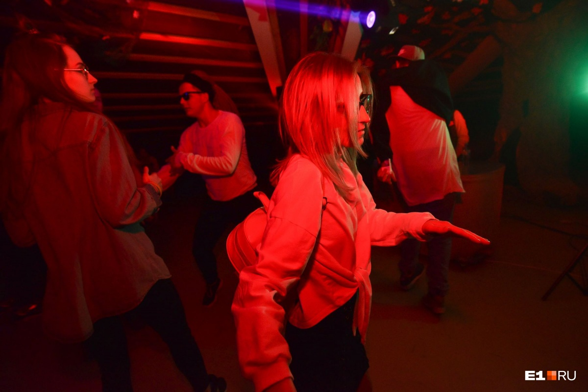 В трёхэтажном особняке на Плотинке устроили первую вечеринку для всех, пришли в основном студенты