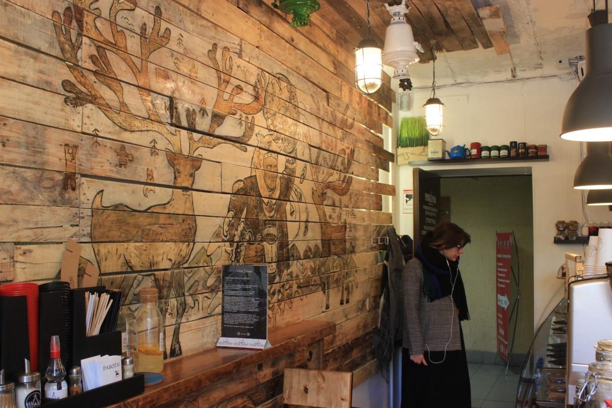 Небольшой зал заведения украшен изображениями оленей и чукчей