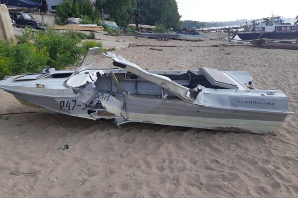 После столкновения лодка затонула