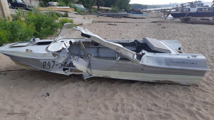 Пробило насквозь: появилось фото лодки, в которую врезался катер на Волге