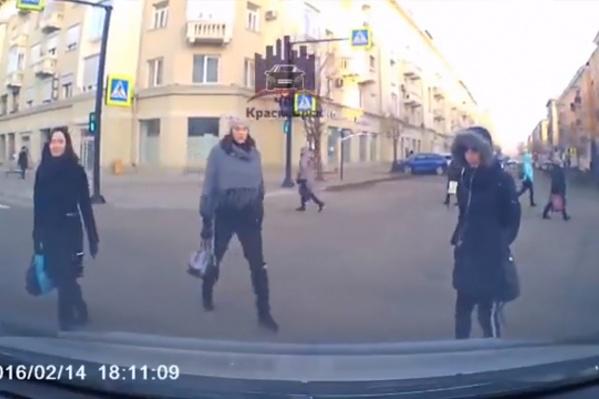 Пешеходы пошли по центру дороги одновременно с машинами
