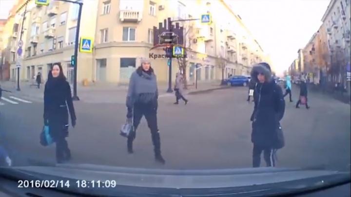 «У нас зеленый, урод!»: пешеход и водитель поспорили о диагональной «зебре» в центре