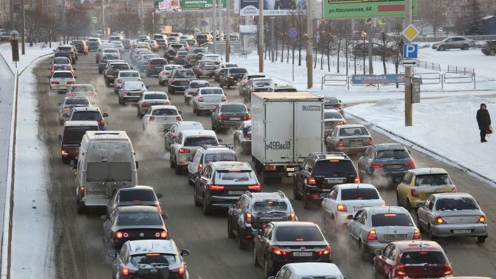 Каша на дорогах, восьмибалльные пробки и гнев депутата: Челябинск второе утро подряд сковали заторы