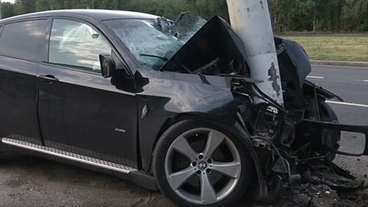 Сшиб бетонный столб: в Тольятти водитель BMW погиб в ДТП