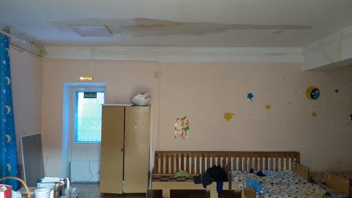 В детском саду на Шарташской из-за протекающей крыши стены и потолок покрылись плесенью