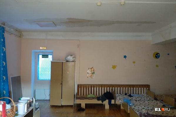 Так внутри детсада — видно, что на потолке огромное мокрое пятно
