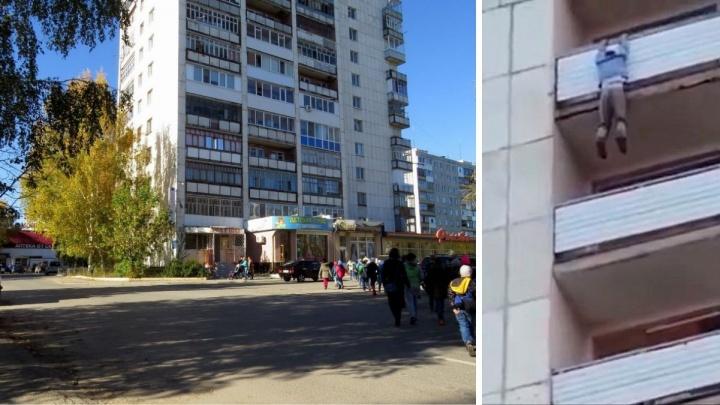 Висел на балконе, а потом сорвался вниз: в Тобольске с высоты 12-го этажа выпал мужчина