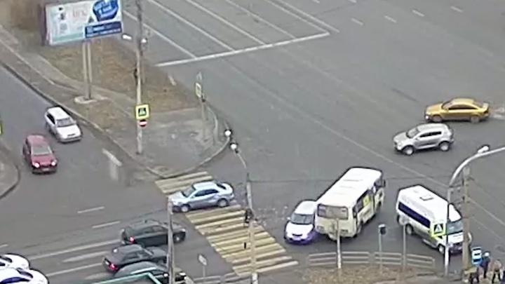 Место притяжения: две легковушки и маршрутка столкнулись на злополучном перекрёстке в Челябинске